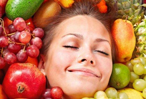 Девушка в окружении овощей и фруктов